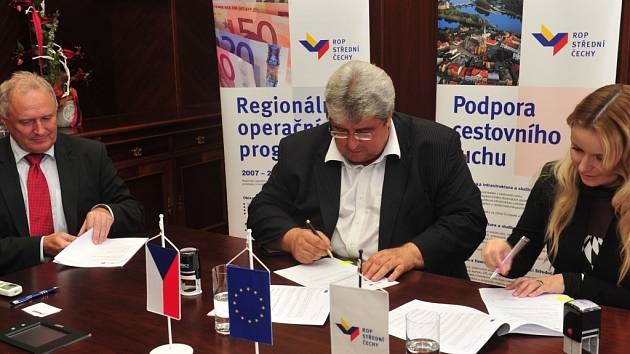 Do středočeských obcí a měst půjdou stovky milionů korun na projekty, hejtman Josef Řihák podepsal se starosty a zástupci ROP smlouvy.