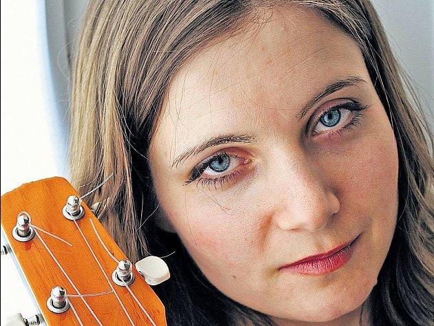 ZPÍVAJÍCÍ KYTARISTKA. Marta Töpferová se doprovází na latinskoamerickou kytaru cuatro.