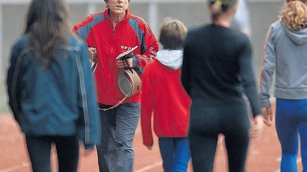 LEGENDA. Jarmila Kratochvílová předává své zkušenosti další atletické generaci.