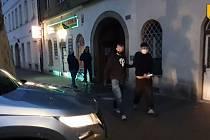 Výbuch prozradil policistům domácí varnu pervitinu v Karlíně.