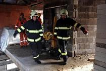 Pomoc hasičů dělníkovi, který se zranil po pádu z výšky na stavbě na pražském Žižkově.