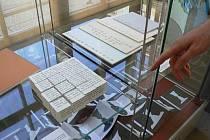 Skládačka z papírových kostek dává dohromady jednu stranu z knihy Bohumila Hrabala, po přetočení kostek je k dispozici celkem šest stran textu.