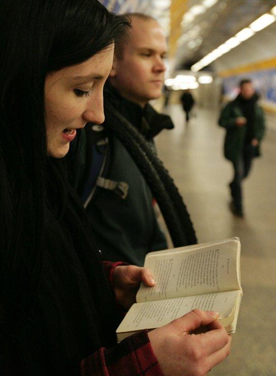 V pražském metru se v rámci projektu Praha město literatury uskutečnilo Podzemní čtení.