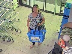 Policisté pátrají po ženě, která je podezřelá z krádeže tašky a následného neoprávněného výběru z bankomatu.