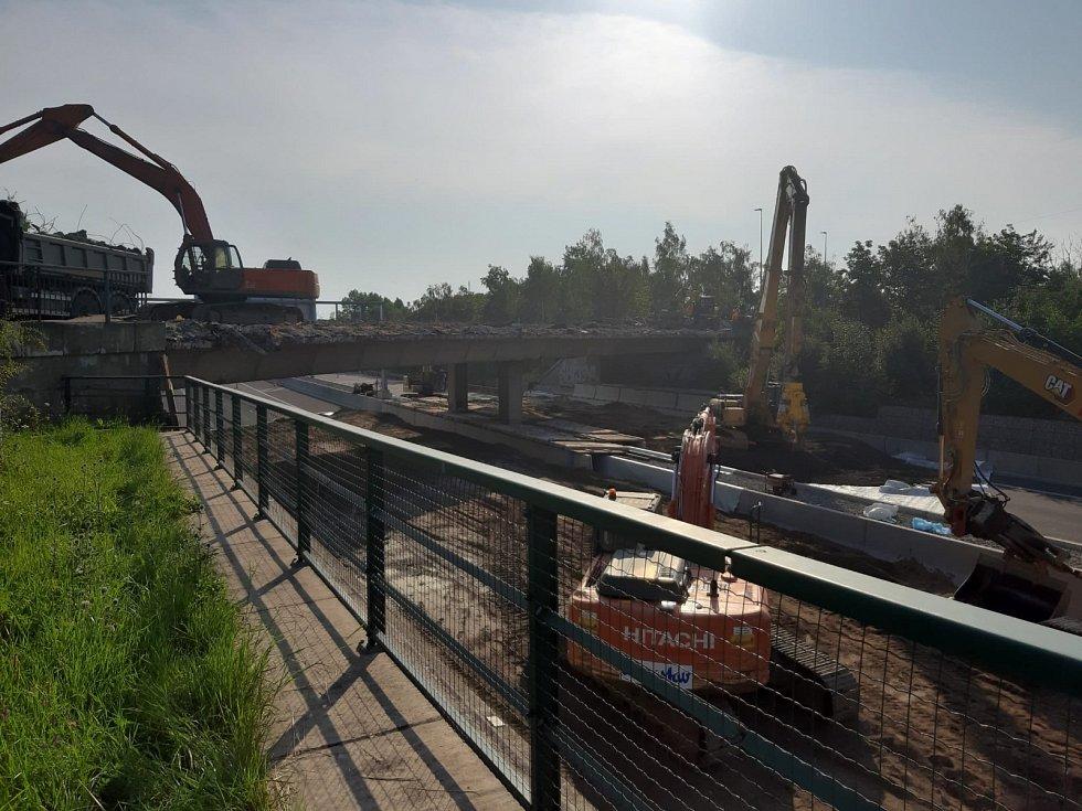 Demolice mostu na D11.