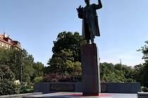 Sochu sovětského maršála Koněva v Praze 6 neznámý pachatel 22. srpna 2019 polil rudou barvou a postříkal nápisy.