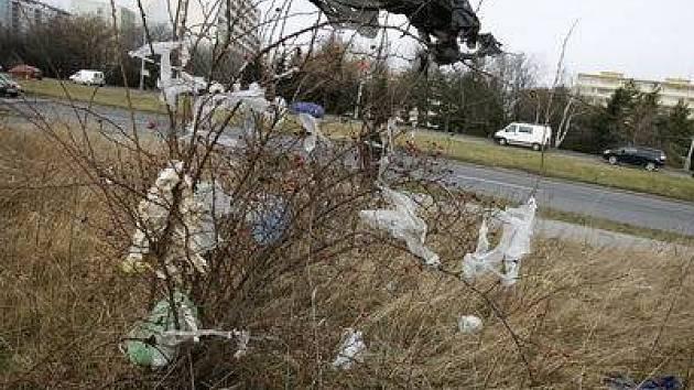 NEVÁBNÁ ZÁKOUTÍ . Nepořádek a odpadky poblíž Třebenické ulice v Ďáblicích.