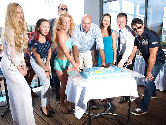 Ze zahájení nové koupací sezony v aquaparku Aquapalace Praha v Čestlicích. Po dopoledních koncertech bylo připravené jako vyvrcholení krájení dortu.