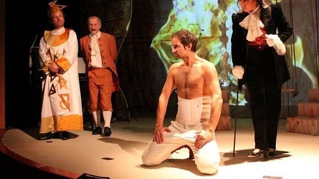 Herec Petr Vršek v operní inscenaci Studia Ypsilon Sežeňte Mozarta.