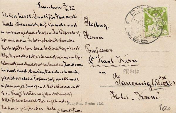 Historická pohlednice svyobrazením medvědince vJelením příkopu vPraze na lícní straně.