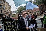 Na dvě desítky protestující se sešly 25. září před Úřadem vlády aby vyzvaly Vládu k navýšení výdajů pro vysoké školy. Lubomír Zaorálek.