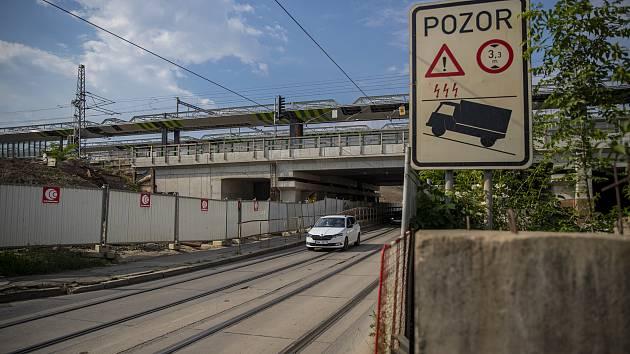 Stavební práce u nového přemostění Průběžné ulice 11. června 2021 v Praze.