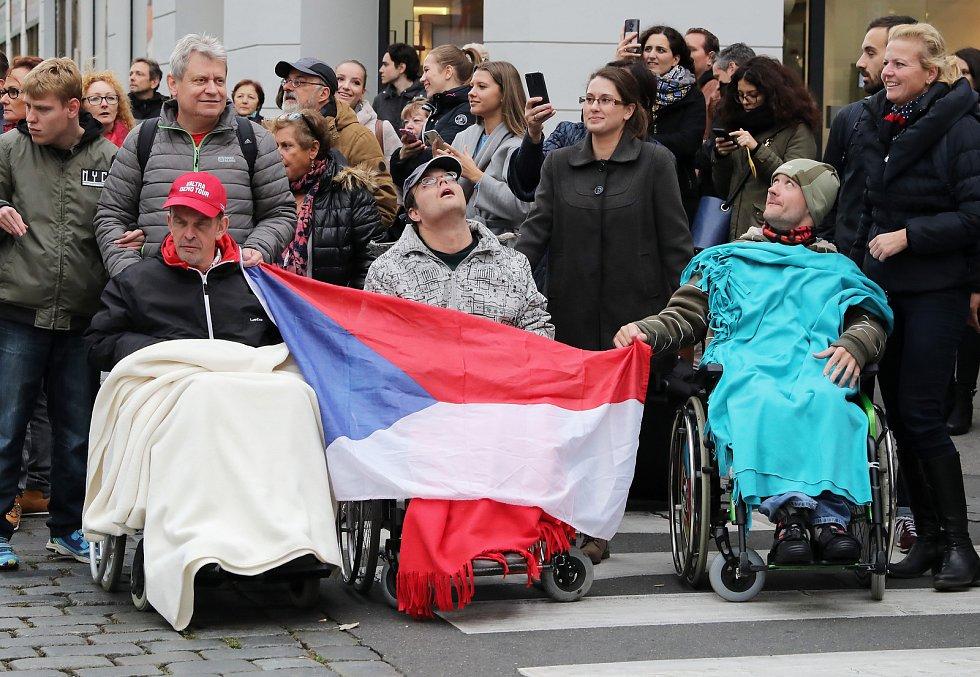 Sokolský Pochod pro republiku ke stému výročí založení Československa vyrazil z pražské Kampy na Václavské náměstí.