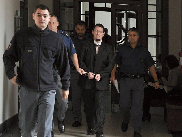 Výjimečný trest v délce 25 let potvrdil Vrchní soud v Praze 25letému Jiřímu Fundovi, který 6. ledna 2014 zavraždil v bytě ve Vratislavově ulici pod Vyšehradem svou známou – 21letou dívku, která zpívala v jeho začínající kapele.