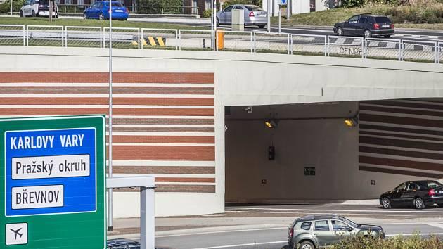 Vjezd a výjezd z tunelu na Malovance v Praze.