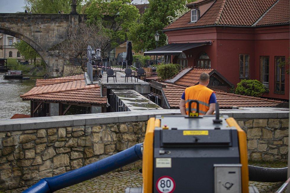 Protipovodňová vrata do Čertovky byla 14. května uzavřena z důvodu zvedání hladiny Vltavy po vydatných deštích.