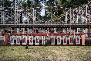Kvůli opravě holešovického Výstaviště v Praze musejí areál do června opustit atrakce, které v něm obvykle po pouti zůstávají po celý rok, horská dráha (na snímku z 19. května) a ruské kolo.