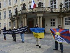Aktivisté ze skupiny Kaputin protestovali před Hradem.