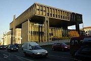 Odstraňování zátarasů před budovou bývalého Federálního shromáždění, dnes už taktéž bývalého sídla Rádia Svobodná Evropa, začalo v pondělí a bude porkačovat ještě do 11. června.