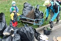Společný úklid. Organizátorům a dobrovolníkům projekt Ukliďme Česko poskytuje pytle a rukavice, které se jim mohou při úklidu hodit.