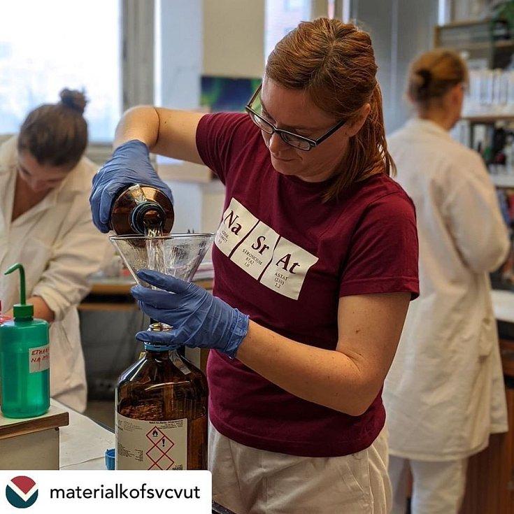 České vysoké učení technické (ČVUT) v Praze pomáhá v boji s koronavirem. Vědci vyrábějí repsirátory, dezinfekce či bezdotykové měření teploty.