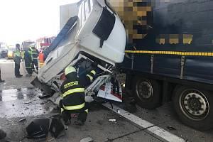 Hasiči zasahovali u nehody kamionů na Pražském okruhu.