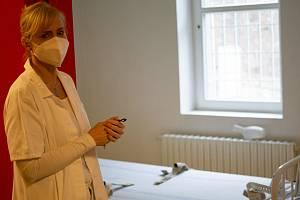 Pražská protialkoholní záchytná stanice prošla modernizací. Vedoucí sestra Vladimíra Moravcová při slavnostním otevření.