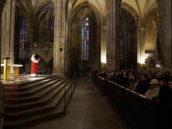 Obřad na Velký pátek v katedrále svatého Víta na Pražském hradě.