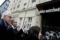 Prezident Václav Klaus s chotí navštívil 23. února Prahu 6. Starosta Prahy 6 Tomáš Chalupa s manželkou je provedli po nově zrekonstruované radnici a poté prezident podebatoval se studenty v Národní technické knihovně.