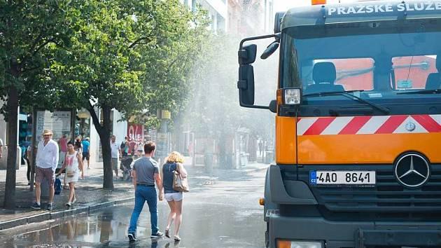 Kropicí vozy vyjely do ulic Prahy už teď víckrát než loni.