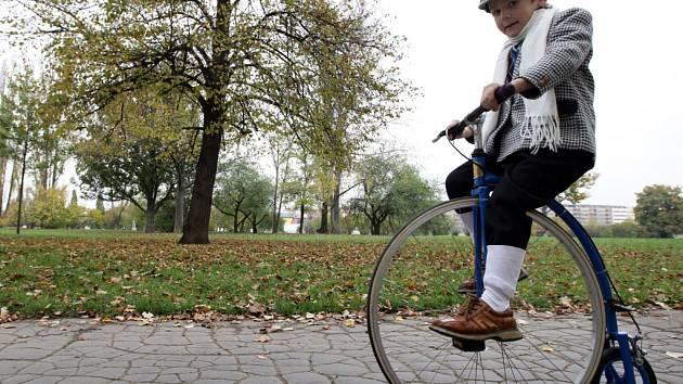 Pražská míle 2014 - jízda velocipedistů na historických vysokých kolech, kterou uspořádal Český klub velocipedistů 1880. Letenská pláň.