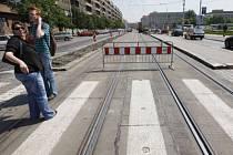 NEČEKEJTE, CHVÍLI TUDY NEPOJEDE. Magistrát se rozhodl vybudovat provizorní tramvajovou trať přes Letnou, jinak by tu tramvaje nejezdili dva roky.
