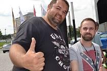 Jednonohý nadšenec do cyklistiky Tomáš Pouch (vlevo) překonal svůj handicap a dělá to, co ho baví nejvíc. Pomáhá dalším postiženým, aby se zapojili do sportování.