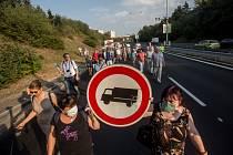 Demonstranti asi na dvacet minut zablokovali Spořilovskou spojku.