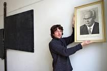 """Nejen generace """"Husákových dětí"""" si patrně dobře pamatuje portrét Gustáva Husáka: ten si ve školách na zdech """"užil""""; zemi vládl přes 14 let, od května 1975 do prosince 1989."""