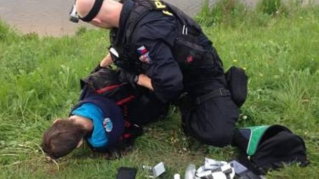 Motorkář ujížděl před policií, pak skočil do Labe a málem utonul.