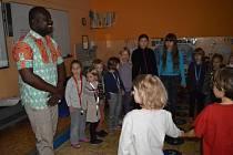 Z netradiční vyučovací hodiny na Základní škole Brána jazyků ve Vojtěšské ulici v Praze 1 v rámci celoročního projektu Cestovatelé v Africe.