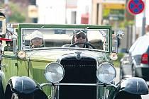 SPANILÁ JÍZDA. Desítky historických automobilů vyrazily v sobotu na spanilou jízdu z Horních Počernic po okolí.