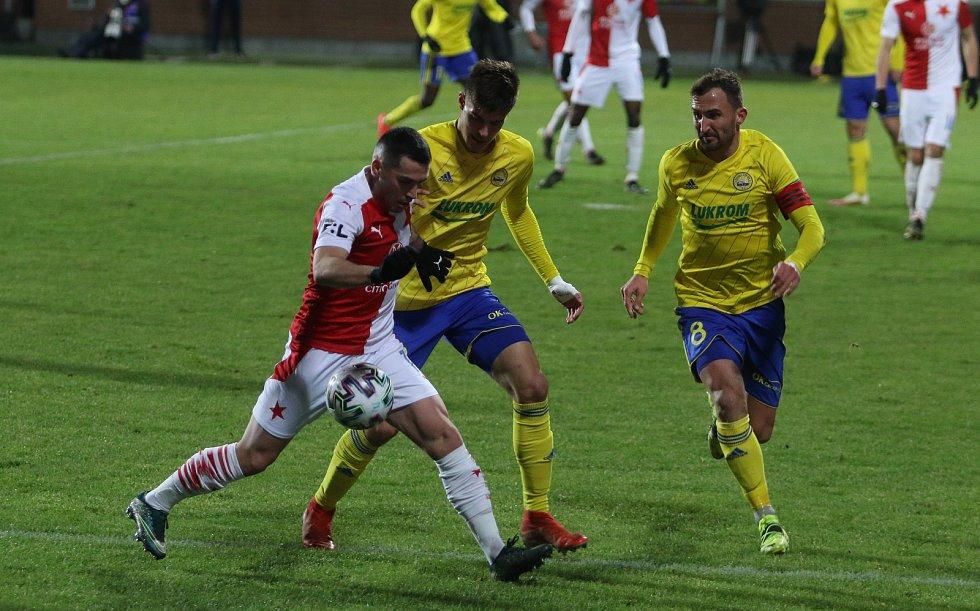 Fotbalisté Zlína (ve žlutých dresech) ve středeční dohrávce 12. kola FORTUNA:LIGY prohráli s pražskou Slavií