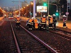 Vůz uvízl mezi pražci dvoukolejné tramvajové trati