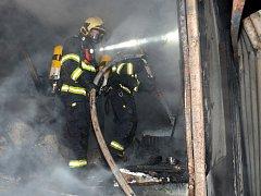 Požár buňky ve firemním areálu.