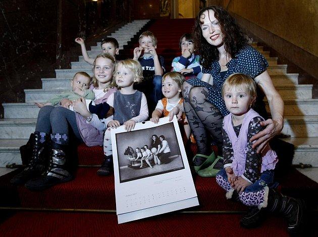 Křest kalendáře Sáry Saudkové, v němž zachytila lidi, kteří porazili rakovinu a poté přivedli na svět vlastní dítě, proběhl 25. října v pražském Obecním domě.