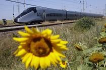 Francouzská společnost Alstom testuje v těchto dnech na železničním zkušebním okruhu Výzkumného ústavu železničního u Velimi na Kolínsku nejmodernější evropský rychlovlak AGV dosahující rychlosti až 360 km/hod.