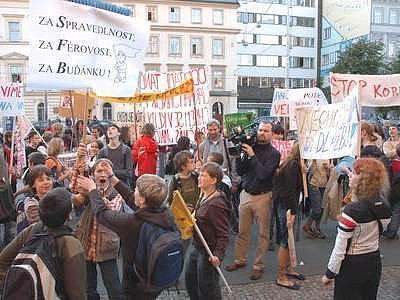 Demonstrace z října 2006 na podporu gymnázia Buďánka k záchraně školy nepomohla.
