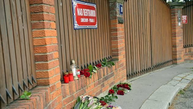 V den úmrtí Karla Gotta 2. října 2019 nosili k jeho vile lidé květiny a zapalovali svíčky.