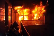 Oheň působil škodu ve Zlatnické ulici v centru Prahy. Zdravotníci museli pomáhat třem lidem, kteří se nadýchali kouře.