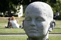 Obří hlava na Alšově nábřeží.