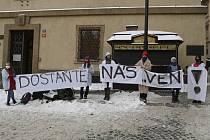 Žáci v pyžamech a županech drží transparent 11. února 2021 poblíž Poslanecké sněmovny v Praze při happeningu uspořádaném na podporu petice Nesmíme obětovat děti.