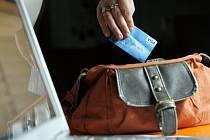 Za jednu položku zaplatit třeba i třikrát? Podle tiskové mluvčí České spořitelny Pavly Langové se podobné věci stávají, obvykle se však brzy vyřídí ve prospěch zákazníka.