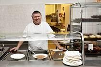 Miloslav Carvan, kuchař Dukly při výdeji jídla. Takhle se usmívá na každého kdo přijde na oběd.
